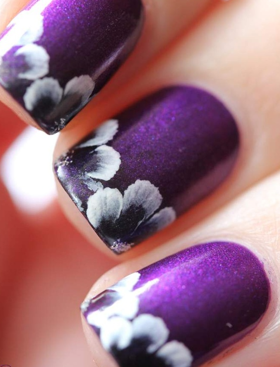 Nail art purple flower