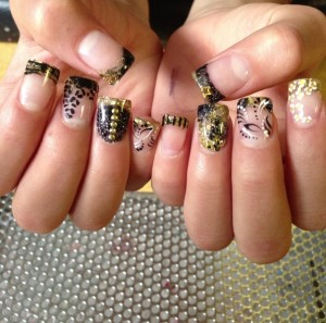 Blending gold and black color nail art